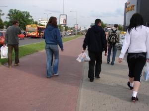 Piesi bywają niesforni i chodzą po ścieżkach rowerowych