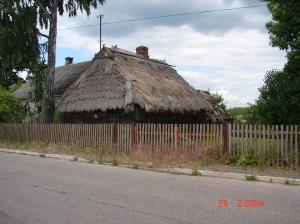 Ta piękna chata stoi w Dubiczach Cerkiewnych na Podlasiu. Na tej posesji obok jest dom murowany, ale chatę zachowano.