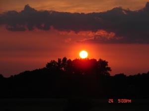 Czyste, pięknie zachodzące słońce.