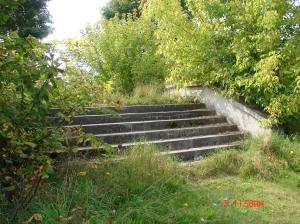 Rok 2012, zdjęcie starej stacji-ruiny w Białowieży, schody.